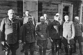 Bundesarchiv Bild 101I-088-3724-06A, Russland, Generale vor Holzhaus