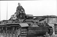 Bundesarchiv Bild 101I-748-0089-10, Russland, Soldat auf Panzer III J