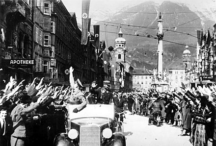 Cheering crowds greet the Nazis in Innsbruck Bundesarchiv Bild 146-1985-083-11, Anschluss Osterreich, Innsbruck.jpg