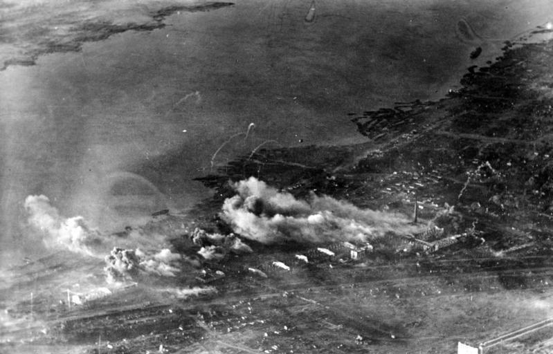 Bundesarchiv Bild 183-1992-0903-504, Russland, Kampf um Stalingrad, Luftangriff