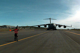 Le premier C-17 Globemaster III de l'U.S. Air Force à atterrir sur l'aéroport international d'Entebbe