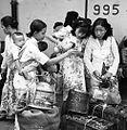 COLLECTIE TROPENMUSEUM Chinese vrouwen met hun bagage op de kade TMnr 60052134 new.jpg