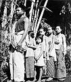 COLLECTIE TROPENMUSEUM Een Javaanse familie wacht op een inenting opgesteld in de traditionele volgorde met de vader vooraan de moeder achteraan en de kinderen er tussenin TMnr 10005230.jpg