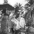 COLLECTIE TROPENMUSEUM Portret van een jonge Balinese man bij een offeraltaar TMnr 60030649.jpg