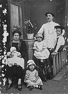 COLLECTIE TROPENMUSEUM Studioportret van de familie Engelenburg Banjoewangi TMnr 60027921