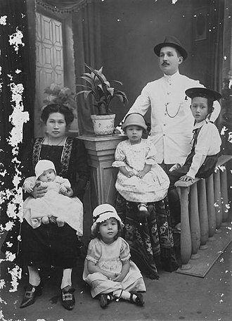 Indo people - Image: COLLECTIE TROPENMUSEUM Studioportret van de familie Engelenburg Banjoewangi T Mnr 60027921
