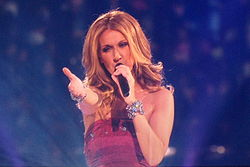 "Céline Dion interpretând melodia ""Taking Chances"" în cadrul unui concert susținut la data de 19 august, 2008 în Bell Centre, Montreal, Canada."