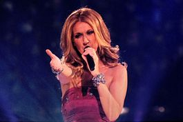 "Céline Dion interpretando ""Taking Chances"" en la gira Taking Chances Tour en agosto de 2008."