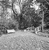 cementrustieken bruggetje voor wandelaars, ten noordoosten van het slot, toegang tot parkbos - molenhoek - 20002570 - rce