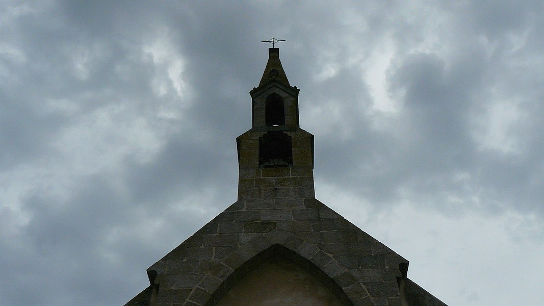 """Chapelle construite au XIXe siècle dans la périphérie du Bourg. Elle donna rapidement son nom aux alentours qui deviendront le lieu-dit """"la Trinité""""."""