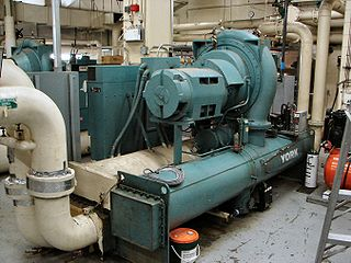 Chiller machine that removes heat from a liquid via a vapor-compression or absorption refrigeration cycle