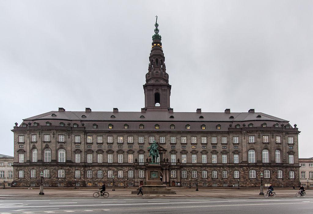 Danska 1024px-ChrBorg-facade-nov-2012