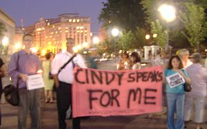 Cindy Sheehan - Members of White House vigil on August 17, 2005 in support of Cindy Sheehan's protest at President Bush's Crawford ranch