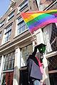 Cohen hangt regenboogvlag halfstok2.jpg