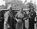 De tweede dag koningin Juliana en mevrouw Coty-Corblet voor de auto, Bestanddeelnr 906-6143.jpg