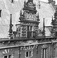 Deel van de zijgevel- de middelste geveltop - Haarlem - 20096364 - RCE.jpg