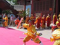 Forma de Shaolinquan, uno de los estilos externos, exhibido en el monasterio Daxiangguo en Kaifeng, Henan.