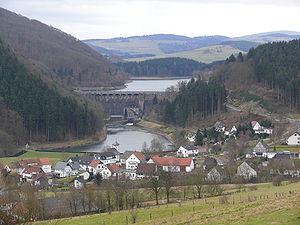 Diemelsee - The Diemel Dam: dam and reservoir, compensating basin (Ausgleichsweiher) and power station. Foreground: the village of Helminghausen. Left: the Eisenberg