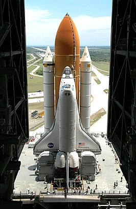 Spaceshuttle Discovery tijdens de roll-out voor STS-121