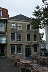 foto van Hoekpand van parterre en twee verdiepingen met schilddak