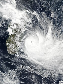 Image satellite du cyclone Dumazile à son maximum d'intensité.