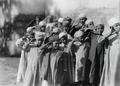 ETH-BIB-Gruppe Kinder beim Salutieren-Kilimanjaroflug 1929-30-LBS MH02-07-0382.tif