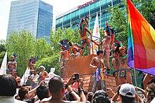 Parada praw gejów z motywem orła-wojownika azteckiego