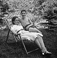Een jongen met een vrouw in een ligstoel, Bestanddeelnr 191-1128.jpg