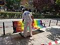El Paseo Federico García Lorca luce bancos con la bandera multicolor 03.jpg