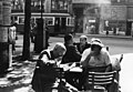 Emberek újságot olvasnak olvasnak az utcán, 1955. Fortepan 76199.jpg