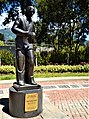 Estatua de cuerpo entero de César Dávila Andrade.jpg