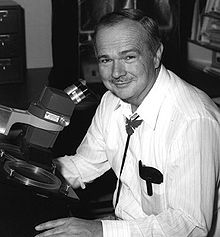 Eugene Shoemaker an einem stereoskopischen Mikroskop