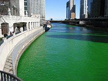 Il fiume Chicago tinto di verde il Giorno di san Patrizio