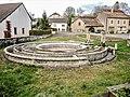 Fontaine-lavoir circulaire, de la mairie.jpg