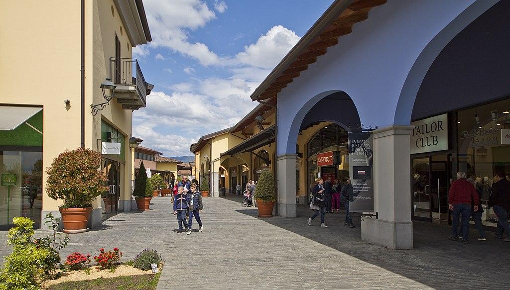File:Franciacorta outlet village, Rodengo-Saiano, Brescia, Lombardia ...