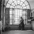 Franciscaans geestelijke gezeten in de vensterbank van een getralied venster met, Bestanddeelnr 255-0937.jpg