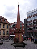 Fulda - Obelisk vor der Stadtpfarrkirche St. Blasius.JPG