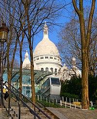 Funiculaire de Montmartre devant le Sacré-Cœur.jpg