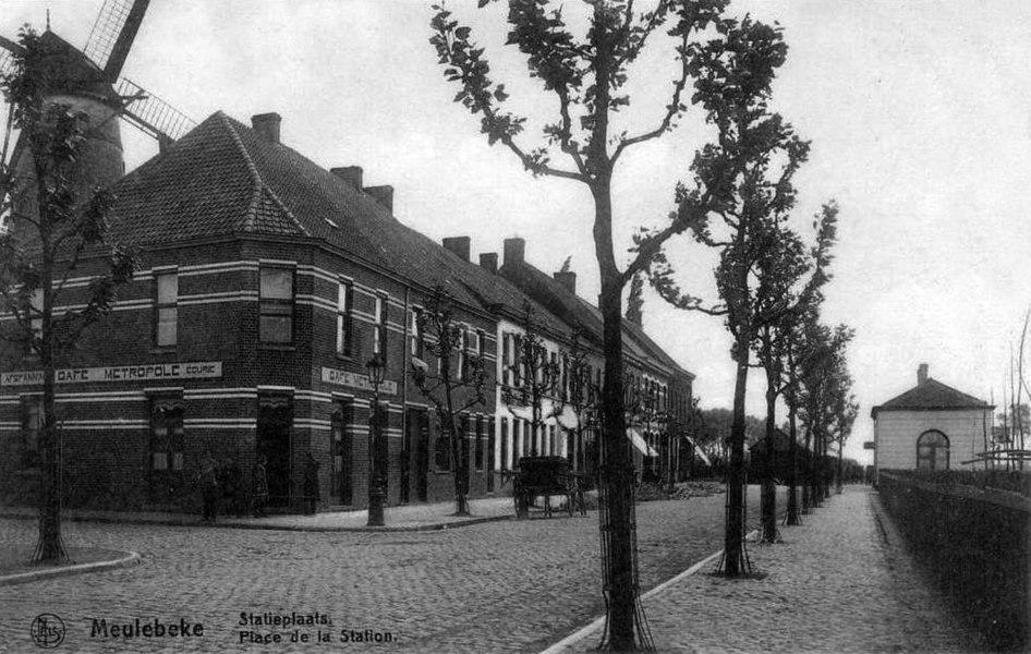 La place de la gare de Meulebeke vers 1900, avec le bâtiment voyageurs au fond à droite.