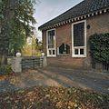 Gedeelte van de rechter zijgevel, met trapziumvenster. Links- hekpijlers naast het huis - Glimmen - 20380167 - RCE.jpg