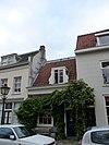 foto van Huis van twee vakken breed, met een kap evenwijdig aan de straat