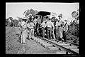 Grupo de Trabalhadores Recebendo seus Salários Junto a Carro de Linha - 964, Acervo do Museu Paulista da USP.jpg