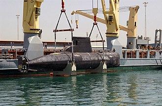 HDMS Sælen (S323) - Sælen lifted aboard Grietje