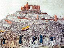 Au premier plan, on voit un grand cortège allant vers le château en arrière plan. Les participants portent de nombreux drapeaux allemands