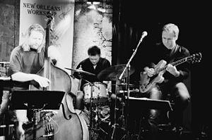Hans Mathisen - Hans Mathisen live at «Herr Nilsen» (2007), accompanied by Roger Johansen central and Per Mathisen to the left.