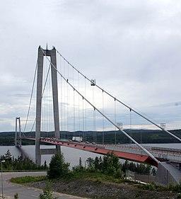 Høgakustenbroen korser Ångermanälvens brede udmundingsvig.