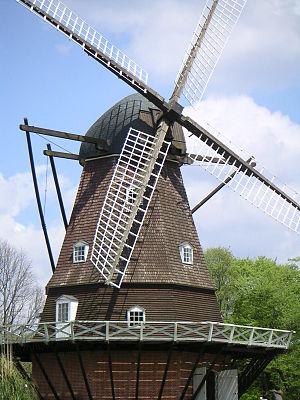 公園内メルヘンの丘ゾーンにある風車(船橋市景観重要建造物)