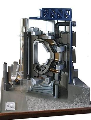 Modello dell'ITER. Notare le dimensioni del toroide paragonate a quelle del tecnico in tuta bianca in basso a destra