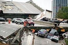 Vielleicht ein Dutzend Autos angesichts der Trümmer