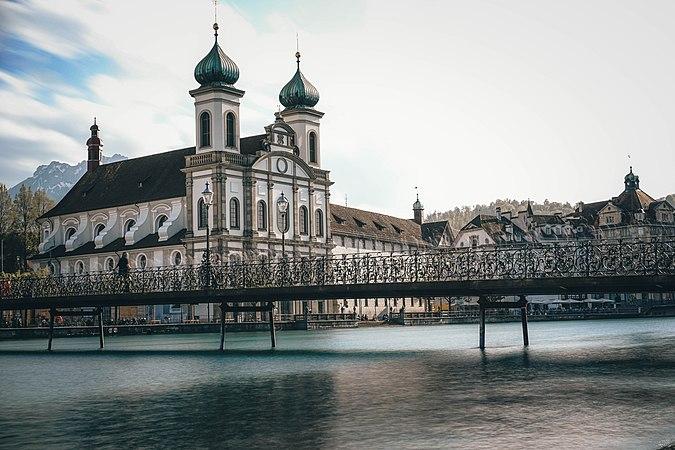 Jesuitenkirche bei Tag.jpg